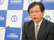 記者会見する鉄連の北野会長(26日、東京都内)