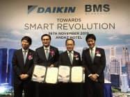 買収を発表するダイキン・シンガポール法人のリウ・ショージュン社長(左から2人目)ら(26日、シンガポール)