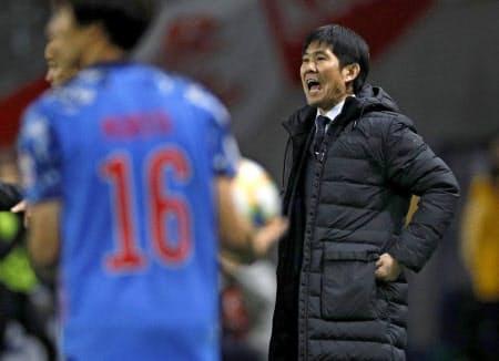 1-4と日本が惨敗したベネズエラ戦の前半、選手に発破をかける森保監督=共同