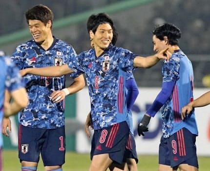 キルギス戦で2点目を決め喜ぶ原口元気(中央)。日本は快勝した=共同