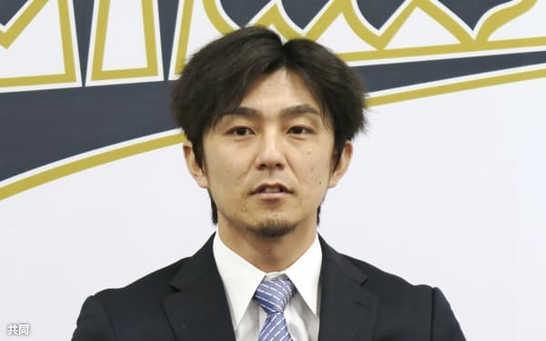契約交渉を終え、取材に応じるオリックス・増井(26日、大阪市)=共同