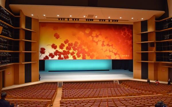 紅花と自然をモチーフにオリエンタルカーペットが製作したどんちょう(26日、山形市)