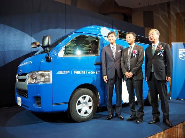 医療サービスを提供する自動車を発表したフィリップスの堤浩幸社長(左)(26日、都内)