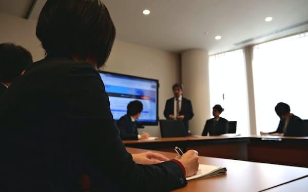 富山第一銀行は毎朝、互いのノウハウを共有している(富山市)