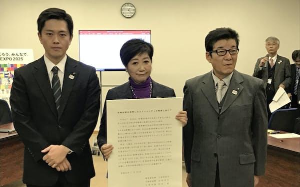 東京・大阪連携会議の終了後、写真撮影に応じる(左から)大阪府の吉村知事、東京都の小池知事、大阪市の松井市長