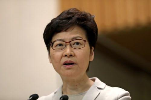 林鄭月娥・行政長官はデモ隊に譲歩しない考えを示した(26日、香港)=ロイター