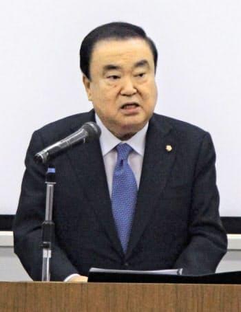 講演する韓国国会の文喜相議長(5日、東京都新宿区)=共同