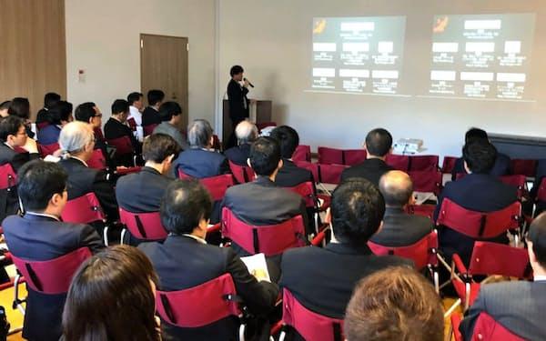 金融機関や企業の関係者に投資実績を説明する新潟VCの永瀬俊彦代表(10月23日、新潟市)