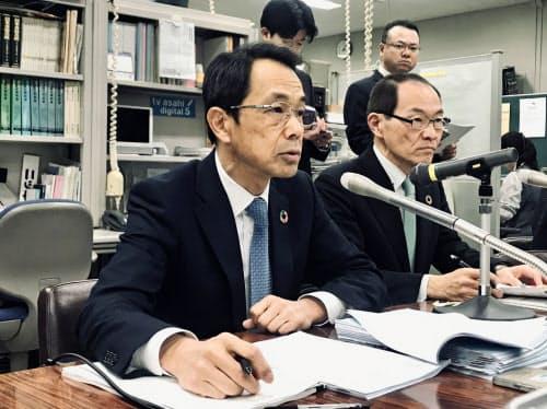 生保協会の清水会長は、銀行と引き続き協議すると説明した(15日、東京都内)
