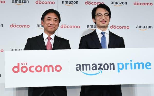 記者会見するNTTドコモの吉沢和弘社長(左)とアマゾンジャパンのジャスパー・チャン社長(26日、東京都文京区)