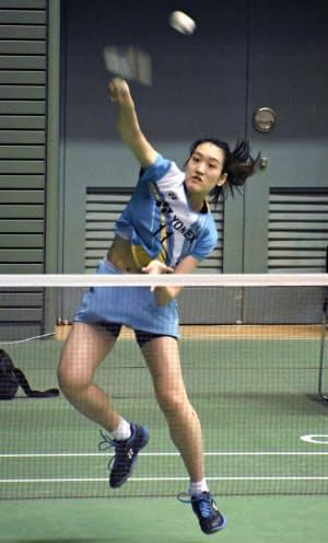 女子シングルスの予選でプレーする高橋明日香(26日、駒沢体育館)=共同