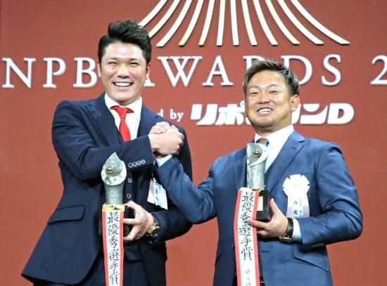 セ・リーグの最優秀選手(MVP)に選出された巨人の坂本勇(左)とパ・リーグMVPの森=代表撮影
