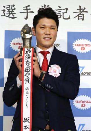 坂本は巨人を5年ぶりリーグ制覇に導いた=共同