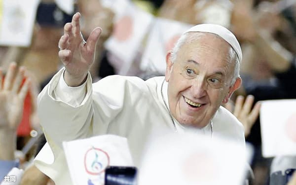 大規模ミサの会場となった東京ドームで笑顔を見せるローマ教皇フランシスコ(25日午後、東京都文京区)=共同