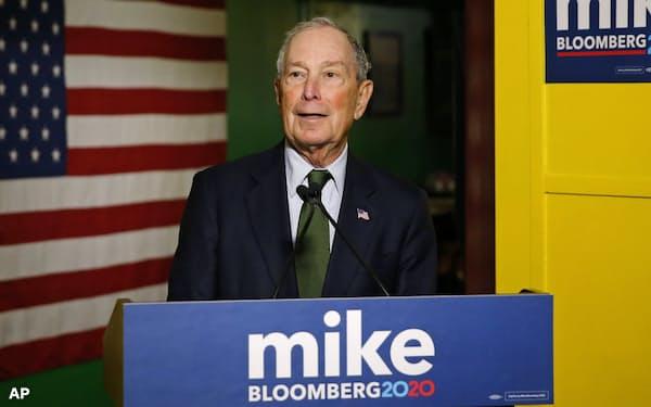 大統領選で民主党指名候補争いに出馬したブルームバーグ氏、26日アリゾナ州で記者会見=AP