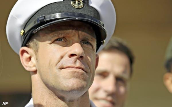 ギャラガー上等兵曹は殺害したIS戦闘員の遺体と写真を撮ったとして有罪になり降格されたが、トランプ大統領が処分を取り消した=AP