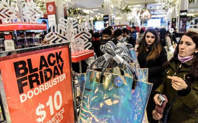 百貨店は最大のかき入れ時を迎えるが、各社の見通しは暗い=ロイター