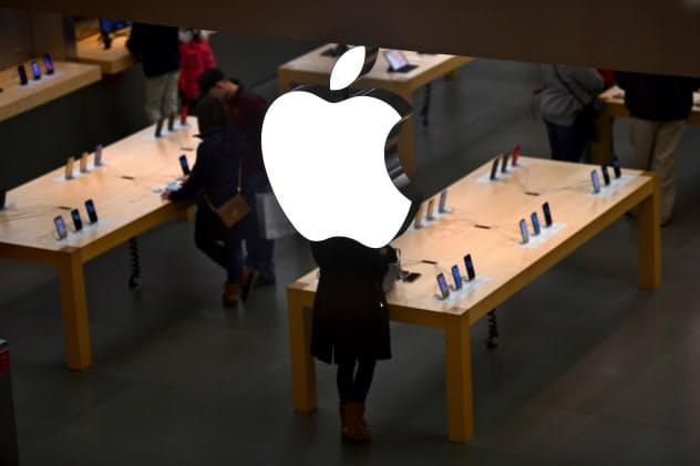 米アップルの機器生産で中国勢が存在感を高めている(11月、米ペンシルベニア州のアップルストア)=ロイター