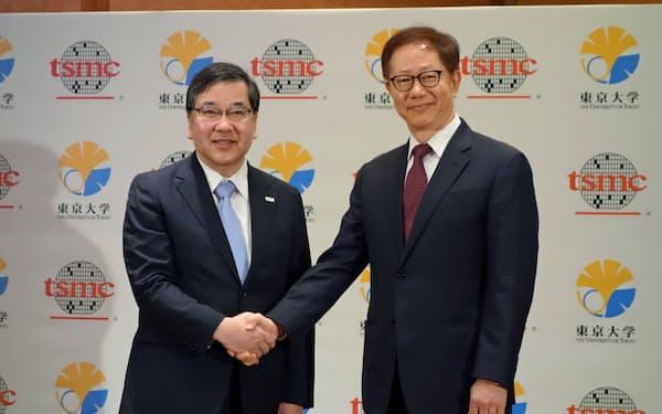 TSMCの劉董事長(右)と東大の五神真総長(27日、東京都)