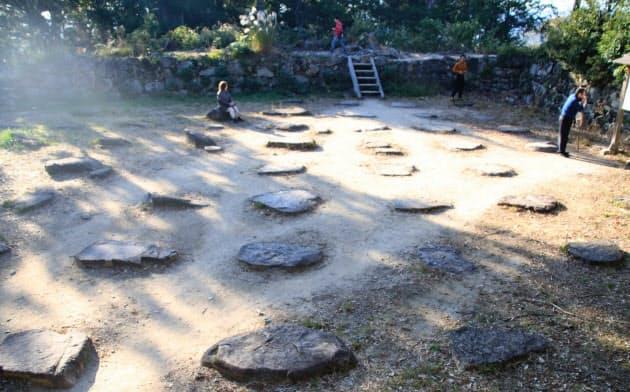 安土城の天守台上に並ぶ礎石