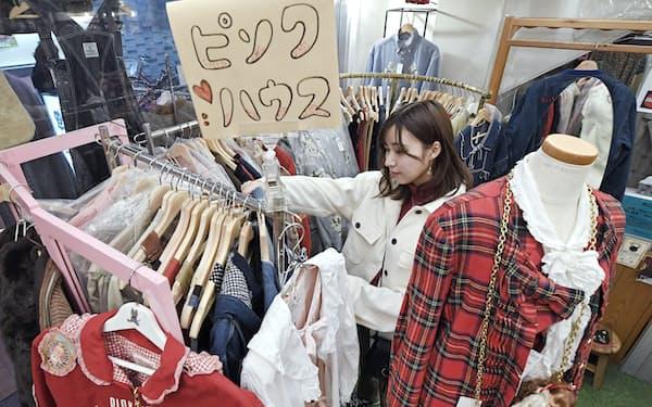 ピンクハウスの古着が並ぶ(東京都杉並区のクロネコマリン)