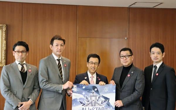 Bリーグの大河チェアマン(右から2人目)らが秋元市長(右から3人目)と面会した(27日、札幌市役所)