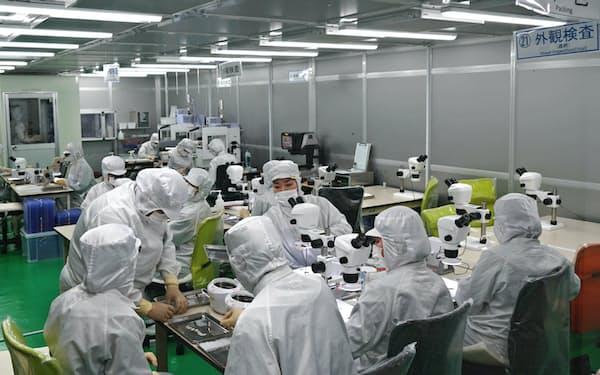 医療機器用部品をクリーンルームで製造、検査する(福岡県鞍手町)