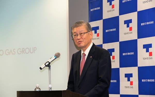 記者会見した東ガスの内田社長(27日、東京都内)