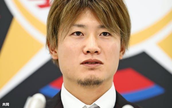 契約更改交渉を終え、記者会見する日本ハムの西川遥輝外野手(27日、札幌市内の球団事務所)=共同