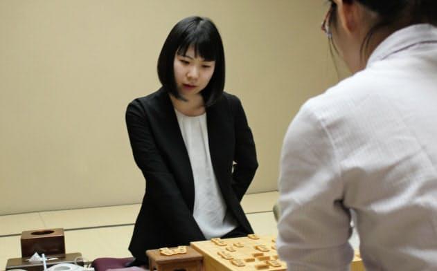 女流王座のタイトル奪取に王手をかけた西山朋佳女王(27日午後、福島県郡山市)