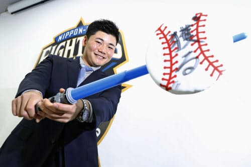契約更改交渉を終え、記者会見でポーズをとる日本ハムの清宮幸太郎内野手(27日、札幌市内の球団事務所)=共同
