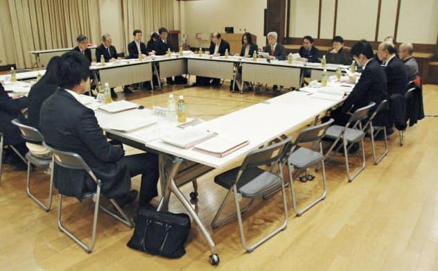 違法ダウンロード規制の在り方を話し合う文化庁の有識者検討会の初会合(27日午前、文化庁)=共同