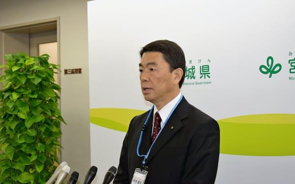 宮城県の村井知事は「現時点で賛否は言えない」と述べるにとどめた(27日、仙台市)