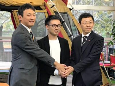 企業立地協定を結び握手するウェイビーの伊藤健太社長(中)と松岡隼人・人吉市長(右)、小野泰輔・熊本県副知事(27日、熊本県人吉市)