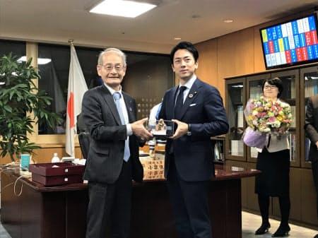 人工衛星「いぶき」の模型を受け取る吉野彰氏(左)