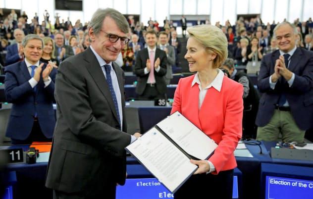 次期欧州委員会の人事案が承認され、祝福されるフォンデアライエン氏(右)(27日、仏ストラスブール)=ロイター
