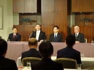 自民党の谷垣前幹事長(左から2人目)はグループの結束を呼び掛けた。(27日、都内)