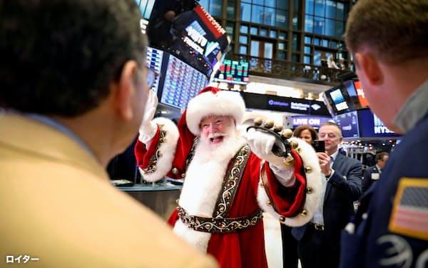 27日、ニューヨーク証券取引所に登場したサンタクロース=ロイター