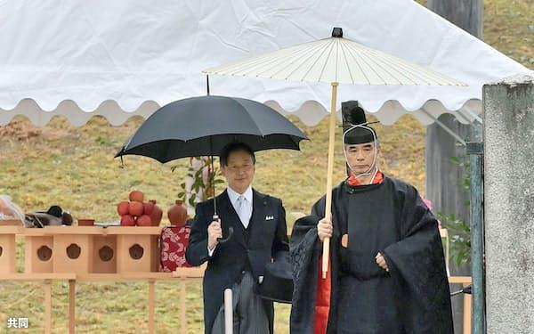 明治天皇陵を参拝された天皇陛下(28日午前、京都市)=代表撮影・共同