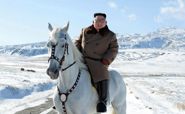 朝鮮中央通信が10月16日に白馬に乗って白頭山に登る金正恩委員長を報じた=朝鮮通信・共同