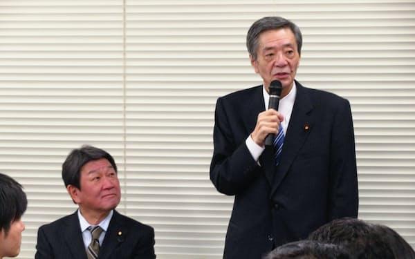 28日、派閥総会であいさつする竹下氏(右)