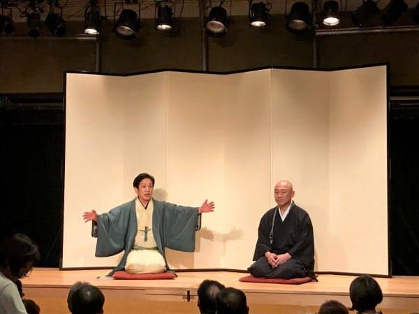 トリイホールの歴史や閉館に至った経緯を話す鳥居弘昌住職(右)と桂米団治