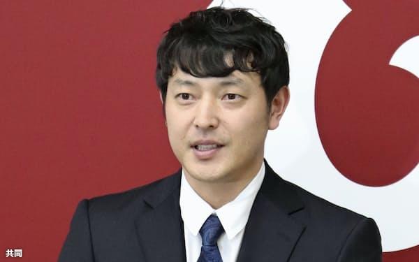 契約更改を終え、記者会見に臨む巨人の岩隈(28日、東京都内の球団事務所)=共同