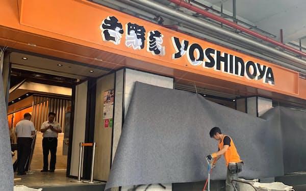 「親中」とされた吉野家の店舗は、若者らに店舗を破壊された(10月、香港・九龍半島)