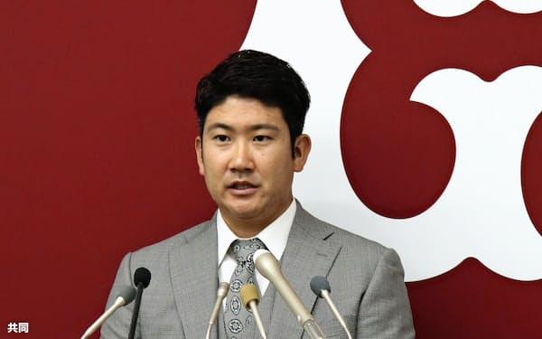 契約更改を終え、記者会見に臨む巨人の菅野(28日、東京都内の球団事務所)=共同