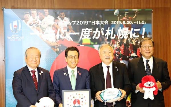 ラグビーW杯の関係者が秋元克広札幌市長を表敬訪問した(左から嶋津氏、秋元市長、森氏)