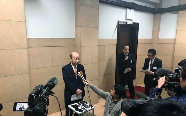 石井知事はパナソニックの発表を受けて囲み取材に応じた(富山市)