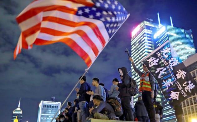 28日夜、香港では米香港人権法の成立に感謝する集会が開かれた=ロイター