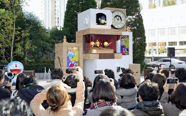 東京・お台場の商業施設「ダイバーシティ東京プラザ」前に設置されたドラえもんの巨大な仕掛け時計(29日午前)=共同