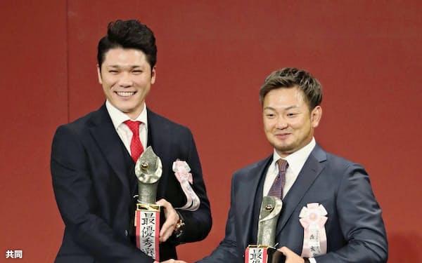 MVPを受賞し、笑顔で握手を交わす巨人・坂本勇(左)と西武・森。ともに圧倒的な得票だった=共同